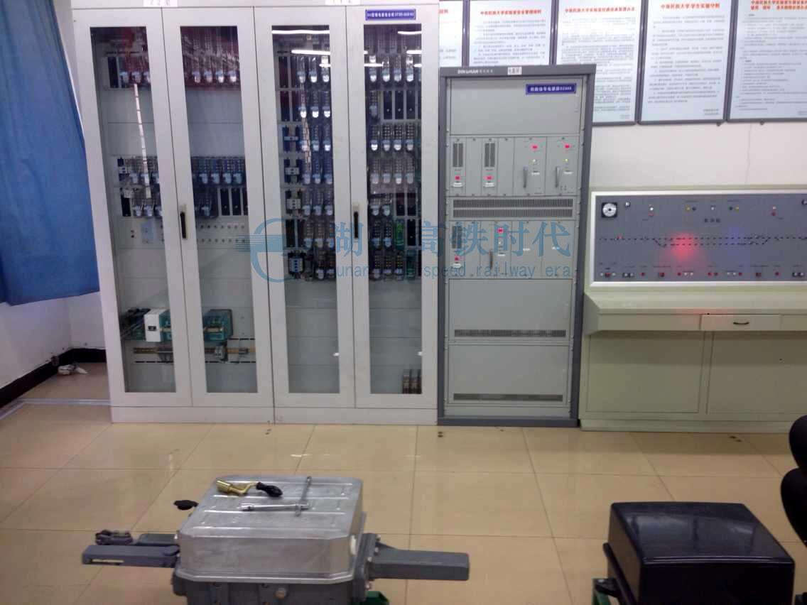 铁路信号电源屏一台,分别向信号机,转辙机,道岔表示,继电器,轨道电路