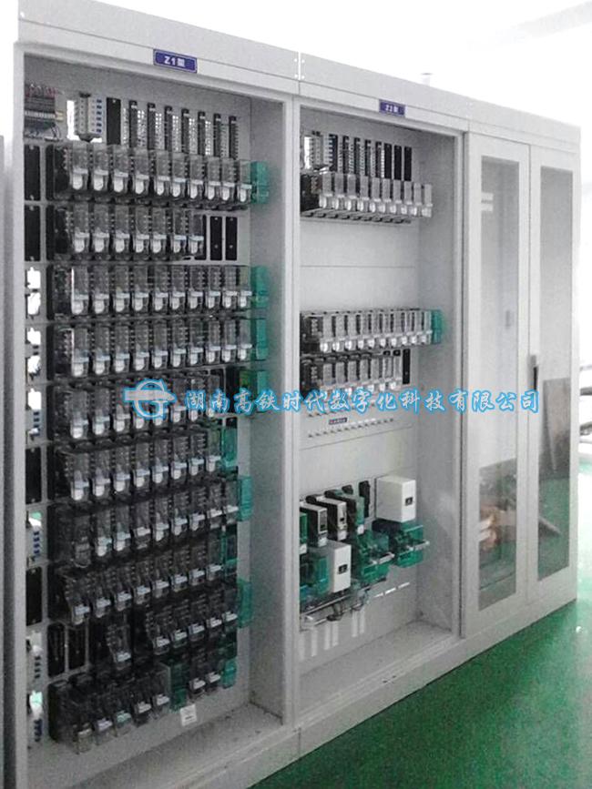 城轨交通信号系统是一项系统工程,设备种类繁多,系统内、外部接口复杂,除了目前已经开发出的模拟微机联锁及ATS系统,该系统还可以实现对其他的相关技术进行预研究和研究性实验的功能。如ATP/ATO设备、区域控制器(ZC)设备、点式应答器、信标装置等等。该系统的计算机联锁与ATS在设计中均考虑预留与信号系统中其他子系统的接口,在设计中要充分考虑构成一套完整的车地一体化信号控制系统,能够满足基于轨道信号系统测试暨演示设备。
